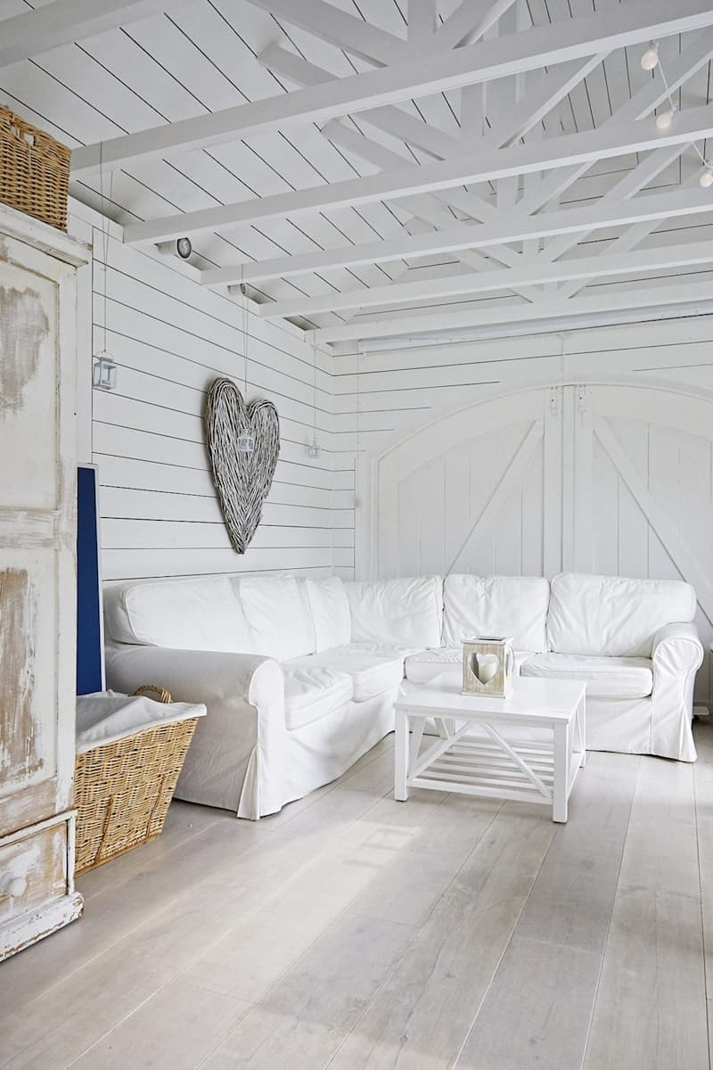 Driftwood-TW19 Location with White Ceiling Beams - Shootfactory